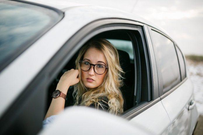 Vozači u automobilu